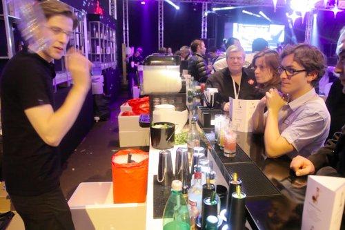 barman jongleur soirée